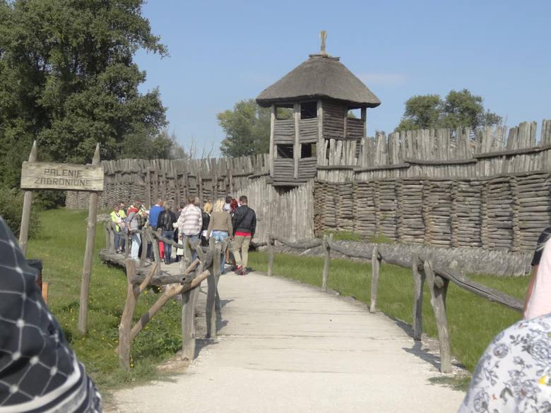 BiskupinWizyta w Biskupinie to podróż w czasie,  do początków  państwa. Przyciąga polskich i zagranicznych turystów oraz miłośników historii. Pokazuje