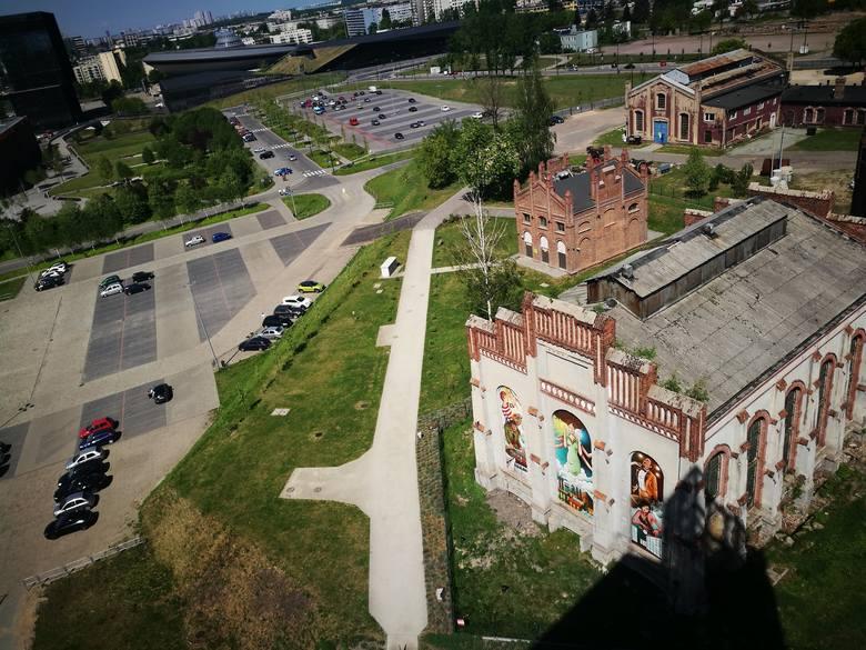 Widok na północny zachód. Ta część pokopalnianych budynków na razie czeka na modernizację. Za nimi jest parking przy NOSPR i MCK