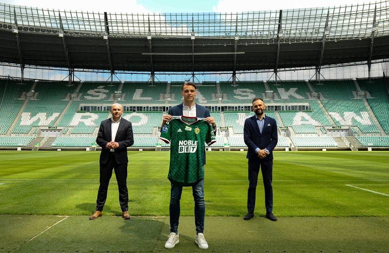 Ruszyła machina! Pierwsi zawodnicy związali się z nowymi klubami PKO Ekstraklasy na sezon 2020/21. Na liście znajduje się:- trzech Polaków, Niemiec oraz