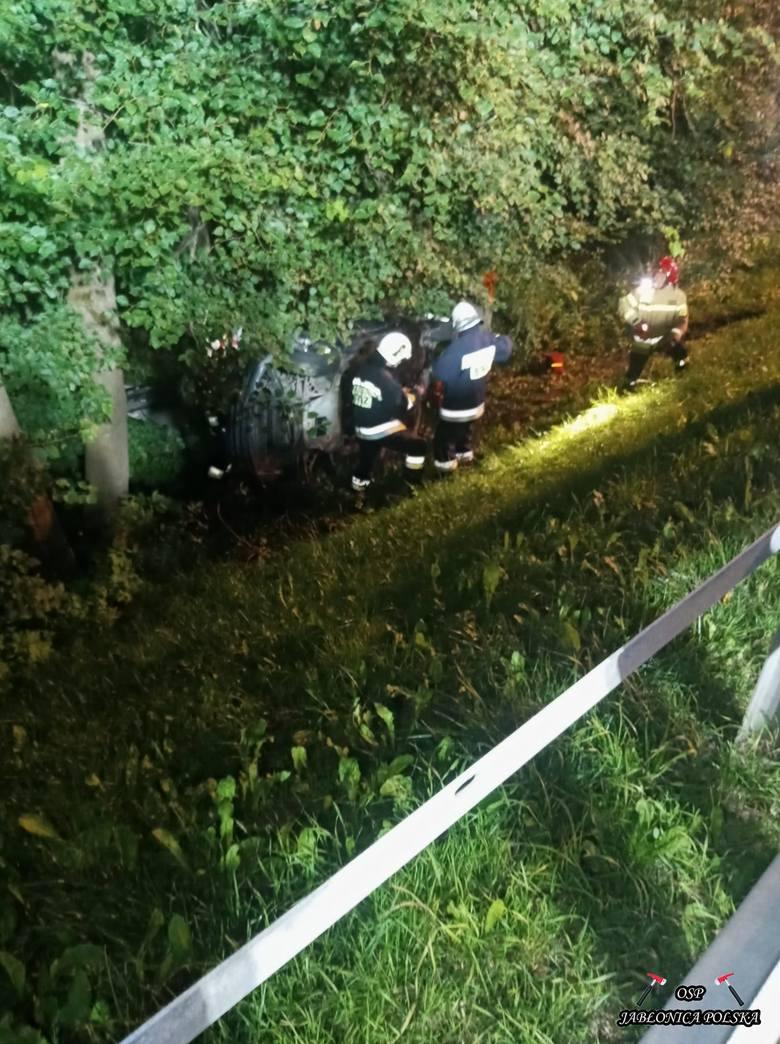 Wypadek w Jabłonicy Polskiej. BWM wypadło z drogi i uderzyło w drzewo. Zginęli kierowca i pasażer
