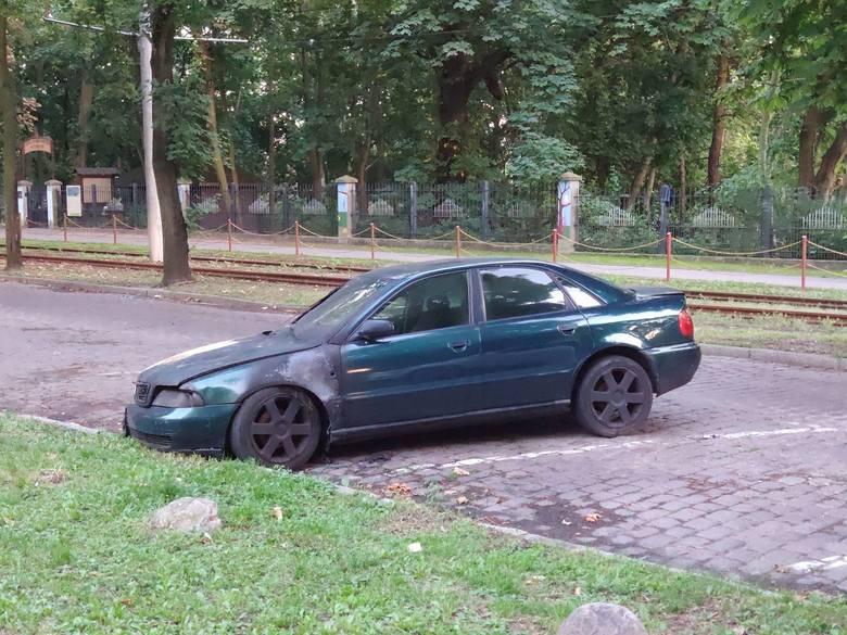Właściciel, jak widać, nie kwapi się, żeby usunąć wrak. spalone audi z ul. Bydgoskiej wkrótce ma odjechać na parking przy MPO