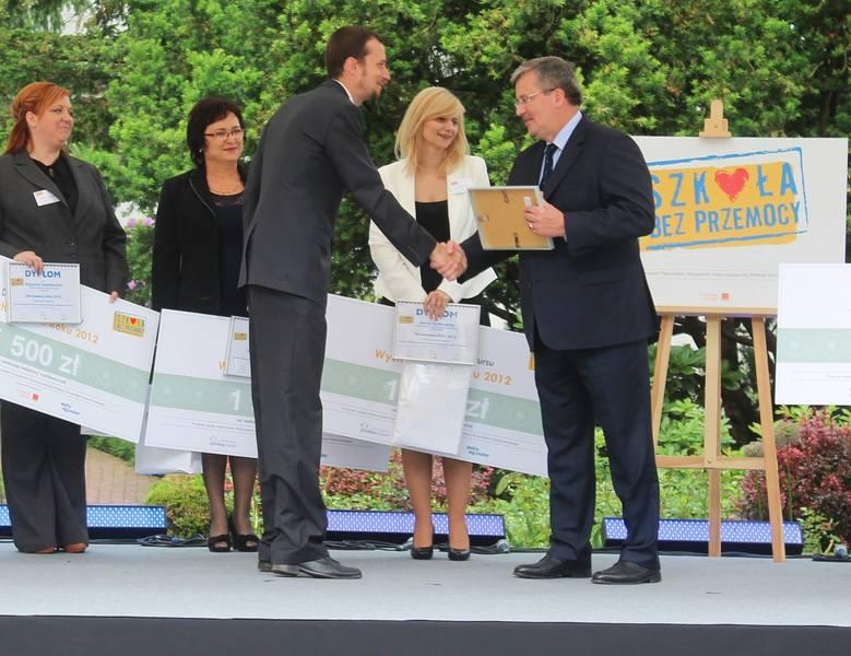 Grzegorz Podsiadło przyjmuje gratulacje i dyplom od prezydenta Komorowskiego.