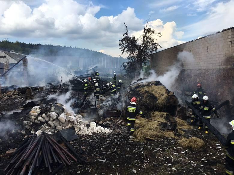 Psary - Kąty. Spłonęły dwie stodoły. Strażacy uratowali dom w sąsiedztwie