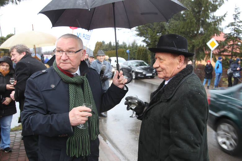 <strong>W Sylwestra przyłączenie do Rzeszowa świętowali mieszkańcy drugiej części Miłocina. Prezydent Tadeusz Ferenc zaznaczał, że jakiekolwiek inwestycje na tym terenie będą konsultowane właśnie z nimi. Złożył też życzenia noworoczne. &lt;br /&gt; </strong>&lt;br /&gt; - Pytamy mieszkańców co należy robić,...