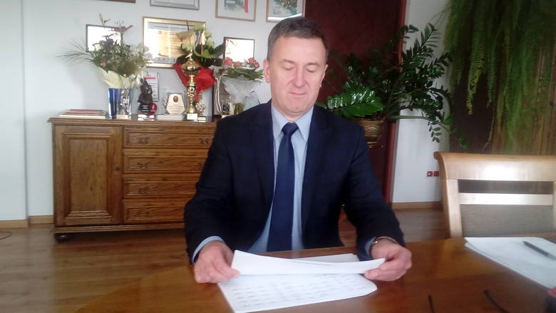 - Kupiliśmy już 450 ton piasku - wylicza Piotr Martyniak, dyrektor Zarządu Dróg Powiatowych w Sandomierzu, z siedzibą w Samborcu. - Planujemy jeszcze