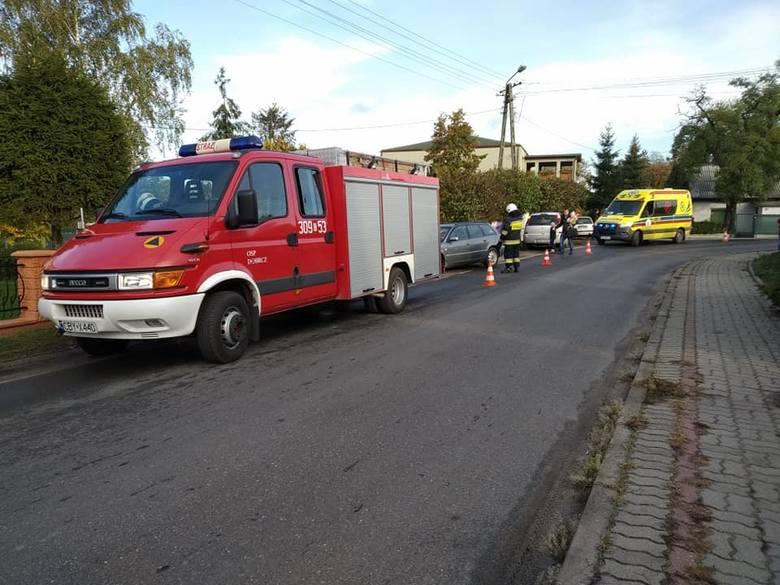 Kraksa w Borównie pod Bydgoszczą. Samochód na zakręcie uderzył w słup ogrodzeniowy