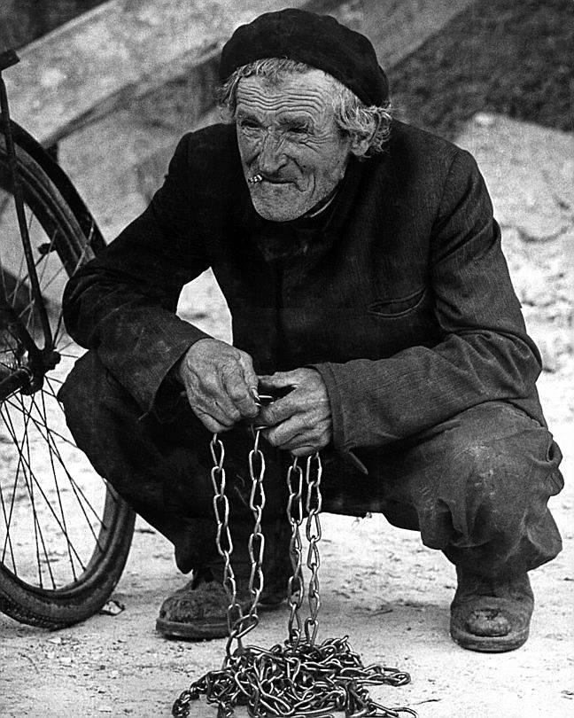 Mężczyzna trzymający łańcuch