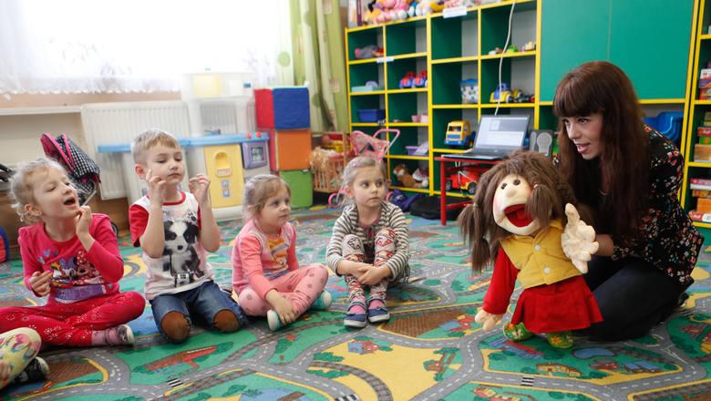 """Pokazowa lekcja z użyciem muppeta Leny została przeprowadzona w przedszkolu. Maluchy bardzo szybko złapały kontakt z nietypowym """"belfrem""""  i chętnie brały udział w zajęciach."""