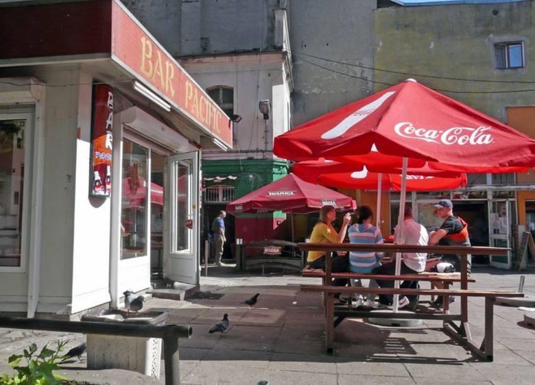 ChinatownWielbiciele wietnamskich sajgonek zajadali się tu chińskimi i wietnamskimi daniami. Kilka brudnych budek, obok nich drewniane stoły pod parasolami.