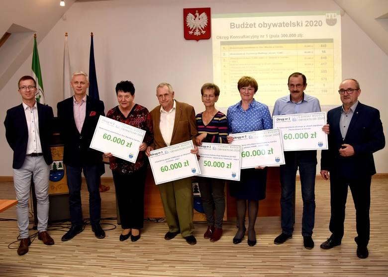 Na zdjęciu czerszczanie, którzy zaangażowali się w CzBO. Trzymają czeki z sumą, którą zdobędą na projekty