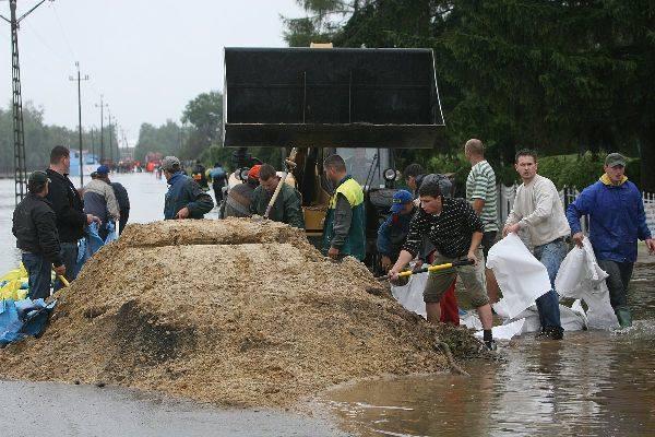 W sołectwie Cholewiana Góra przystąpiono do układania worków z piaskiem, aby chronić domostwa