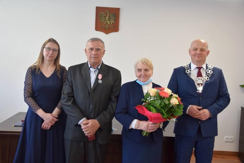 12 maja miała miejsce uroczystość wręczenia Medali za Długoletnie Pożycie Małżeńskie czterem parom z Gminy Szydłów.Złote Gody świętowali:• Stanisława