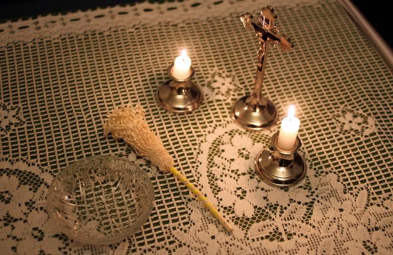 Kolęda, czyli duszpasterska wizyta duchownego w domach po świętach Bożego Narodzenia. W czasie kolędy ksiądz święci mieszkania parafian i prowadzi z