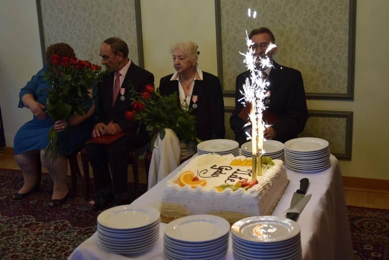 W Urzędzie Stanu Cywilnego odbyła się uroczystość wręczenia Medali za Długoletnie Pożycie Małżeńskie, przyznane przez Prezydenta RP skierniewickim parom, które obchodzą złote gody, czyli jubileusz 50- lecia małżeństwa.