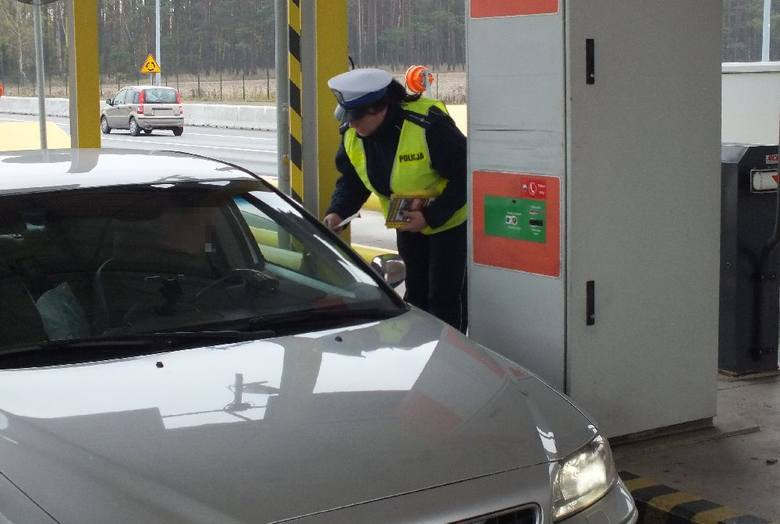 Zatrzymują kierowców, zajeżdżając im drogę, gdy się im to udaje, proszą o pieniądze na paliwo oferując w zamian biżuterię, która okazuje się bezwartościowym