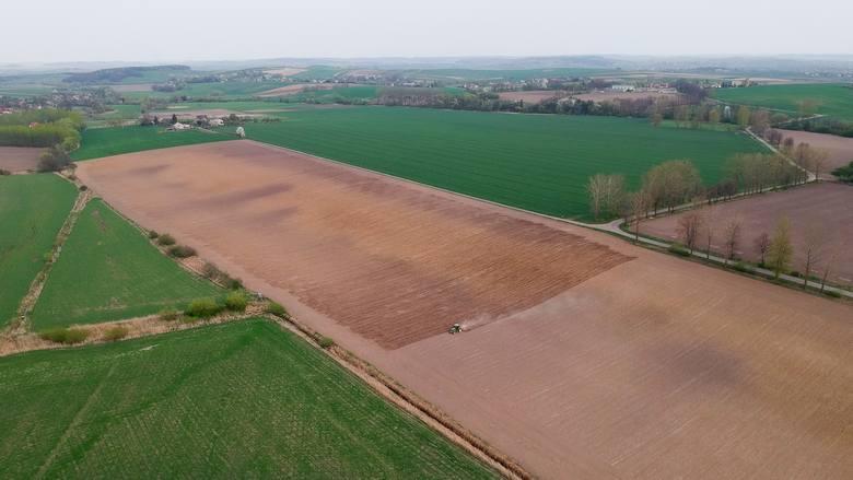 Z początkiem pięknej wiosny podkarpaccy rolnicy wyjechali na swoje pola. Trwają opryski, zasiewy, bronowanie pól i nawożenie. Nasz fotoreporter wybrał