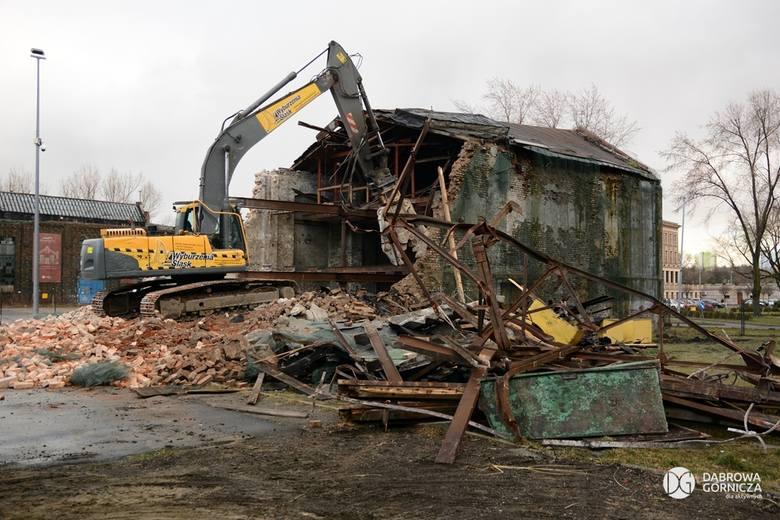 Jako pierwszy na terenie byłego DEFUM został wyburzony pofabryczny budynek z muralem Emila Skody.Zobacz kolejne zdjęcia. Przesuwaj zdjęcia w prawo -