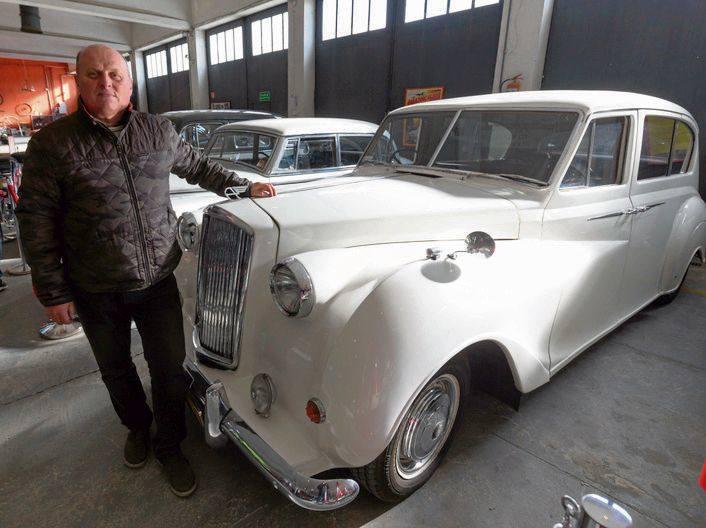 Arkadiusz Gawyluk z ulubionym Austinem A 135 Princess