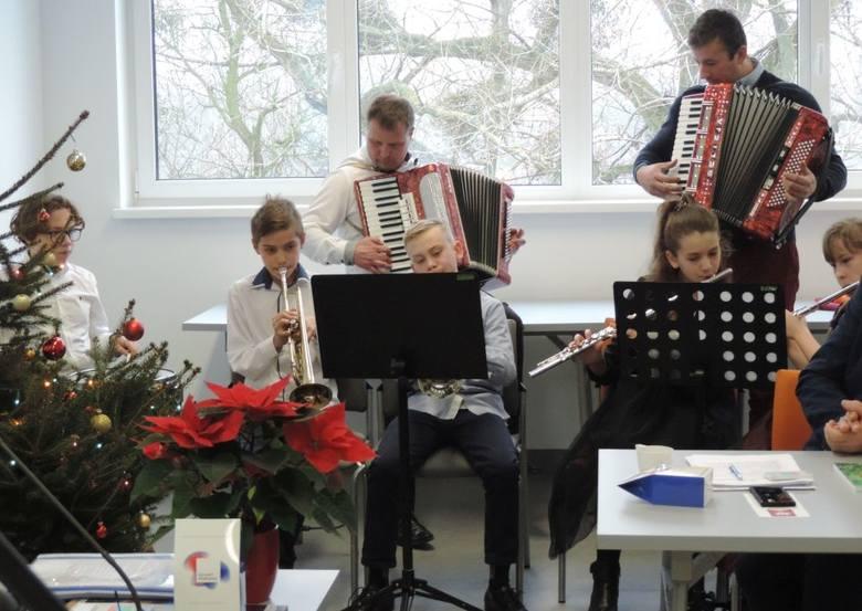 Świąteczne śpiewy i światełko od mogileńskich harcerzy