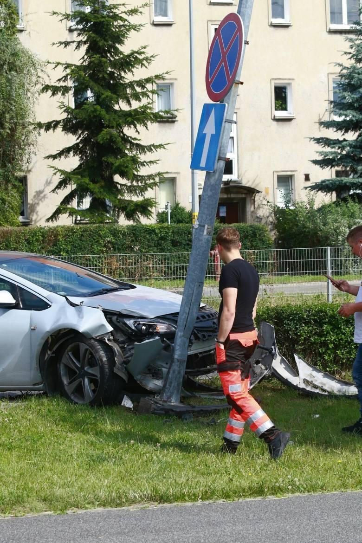 Kierowca karetki wyjeżdżającej ze szpitala nie ustąpił pierwszeństwa przejazdu, w wyniku czego samochód osobowy uderzył w latarnię