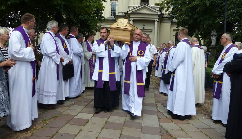 Tłumy wiernych uczestniczyły w pogrzebie księdza Daniela Jarosińskiego. Mszy świętej w parafii świętego Wojciecha w Kielcach przewodniczył ksiądz biskup