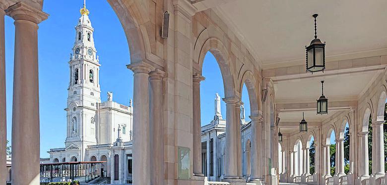 Bazylika Matki Boskiej Różańcowej z Fatimy została wzniesiona w stylu neobarokowym. Ma 70,5 metra długości i 37 metrów szerokości. Wieża wznosi się na wysokość 65 metrów