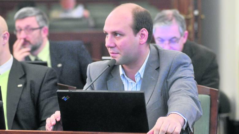Szymon Szynkowski vel Sęk, szef klubu PiS, jako anegdotę podał, że RIO uznała wniosek komisji rewizyjnej o udzielenie absolutorium za należycie uzasadniony.
