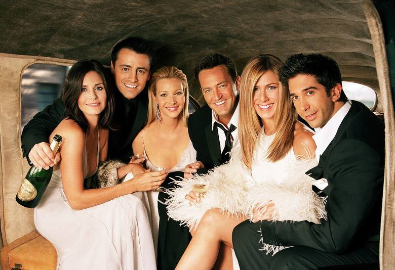 """Tak zmienili się """"Przyjaciele"""" z kultowego serialu. 25 lat z ulubionymi bohaterami - zobacz, jak wyglądali kiedyś i dziś"""