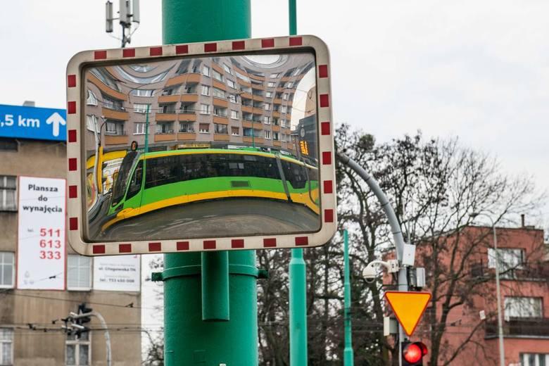 Eksperci Siemensa Mobility przebadali ok. 2,9-kilometrowy odcinek Głogowskiej – od mostu Dworcowego do ul. Ściegiennego. Przeprowadzili ręczne pomiary ruchu na każdym ze skrzyżowań, korzystali też z automatycznych pomiarów – sygnalizacje świetlne mają pętle detekcyjne, dzięki którym rejestrowany...