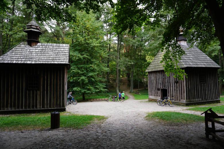 Zabytkowe drewniane kapliczki z XIX wieku w lesie Łagiewnickim - św. Antoniego i św. Rocha - są miejscem, do którego co roku zjeżdżają tłumy. Wierzy