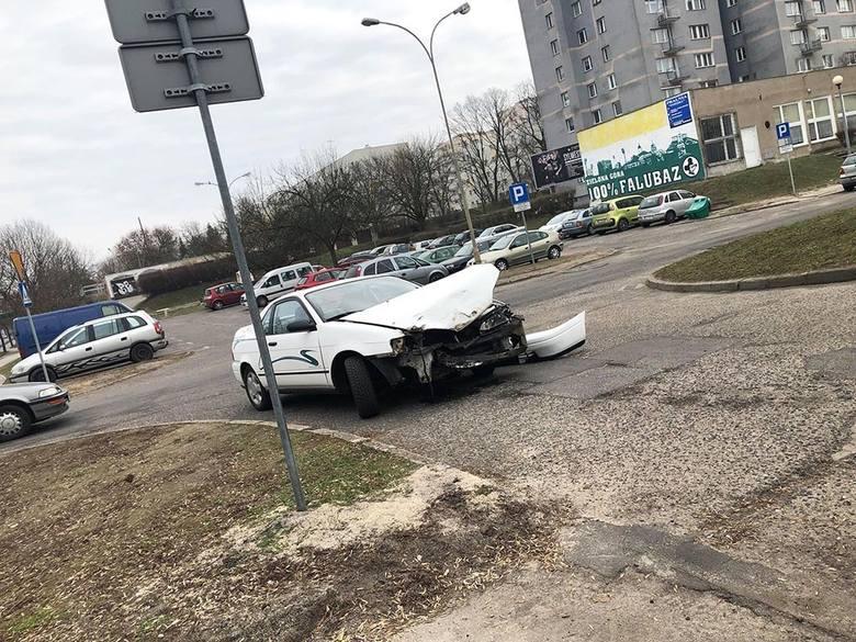 Do zderzenia dwóch samochodów osobowych doszło we wtorek, 26 lutego, około godz. 13.00, na ul. Wojska Polskiego na wysokości skrętu w ul. Krętą na pasach