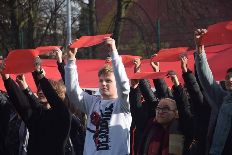 Szkoła do hymnu! - uczniowie Zespołu Szkół nr 1 im. Gustawa Morcinka w Tychach uczcili Święto Niepodległości. Przed jedenastą zebrali się (ponad 700