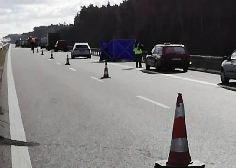 Do śmiertelnego wypadku doszło we wtorek, 12 lutego, na S3 na pograniczu województw lubuskiego i zachodniopomorskiego. Kierowca mercedesa wysiadając
