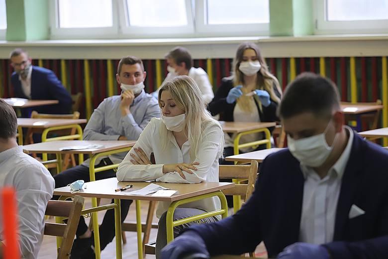 4087 absolwentów liceów i techników w Łodzi rozpoczęło punktualnie o godz. 9 pisanie egzaminu dojrzałości. Zgodnie z reżimem sanitarnym uczniowie nie