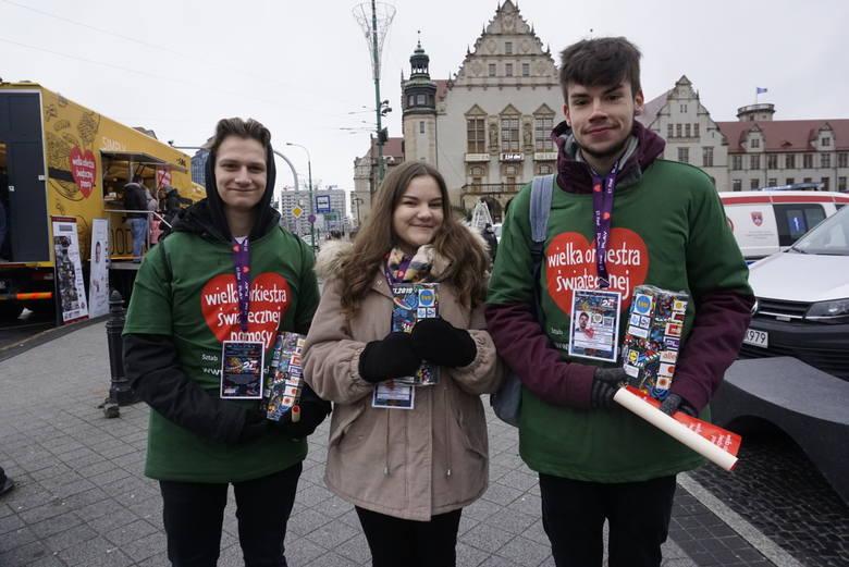 Mimo zimna i deszczu wolontariusze Wielkiej Orkiestry Świątecznej Pomocy od samego rana zbierają na ulicach Poznania pieniądze do puszek. Zobacz ich