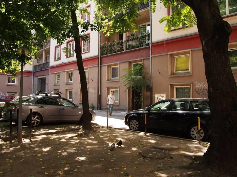 Podwórko przy ul. Szewskiej obecnie - w tym miejscu będzie półkolisty plac, znikną miejsca parkingowe