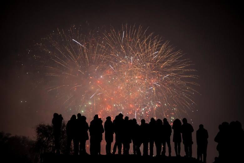 Pandemia pokrzyżowała wiele tegorocznych planów. Odwołane zostały imprezy tradycyjnie gromadzące tłumy. Czy taki sam los czeka Sylwestra?