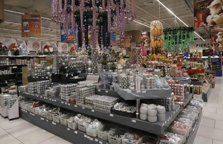 W hipermarkecie E.Leclerc w Radomiu zapachniało świętami. Sklep od samego wejścia zachwyca świątecznymi dekoracjami i ozdobami.Można kupić: bombki w
