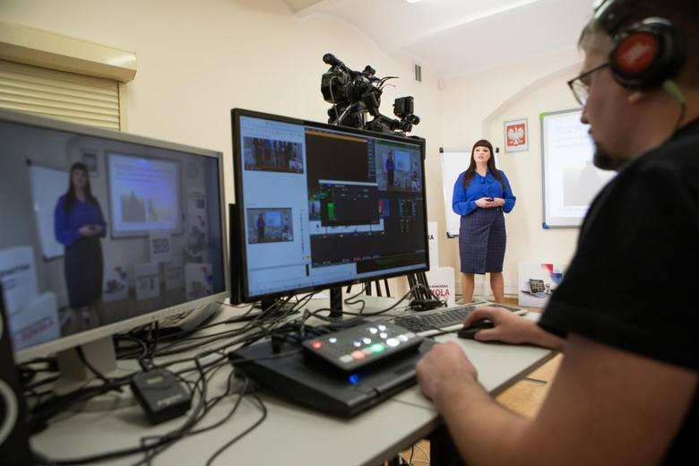 Od poniedziałku działa wirtualna szkoła powołana do życia na czas zarazy przez marszałka Piotra Całbeckiego. Nauczyciele z tradycyjnych placówek oświatowych