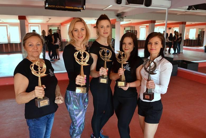Expert Fitness nie po raz pierwszy został odznaczony Złotym Świętokrzyskim Laurem Piękna, o czym świadczą liczne statuetki. Oto damska część załogi: