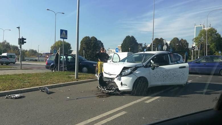 W środę, tuż po godz. 11, na skrzyżowaniu Jana Pawła II i Sikorskiego w Białymstoku doszło do wypadku. Ford zderzył się z volkswagenem