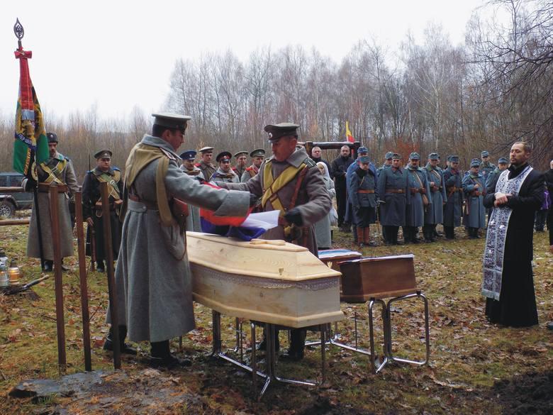 Zachowane w całości szczątki jednego z żołnierzy pochowano w dużej trumnie. W dwóch mniej-szych szczątki czterech kolejnych. Wszystkie spoczęły w jednej