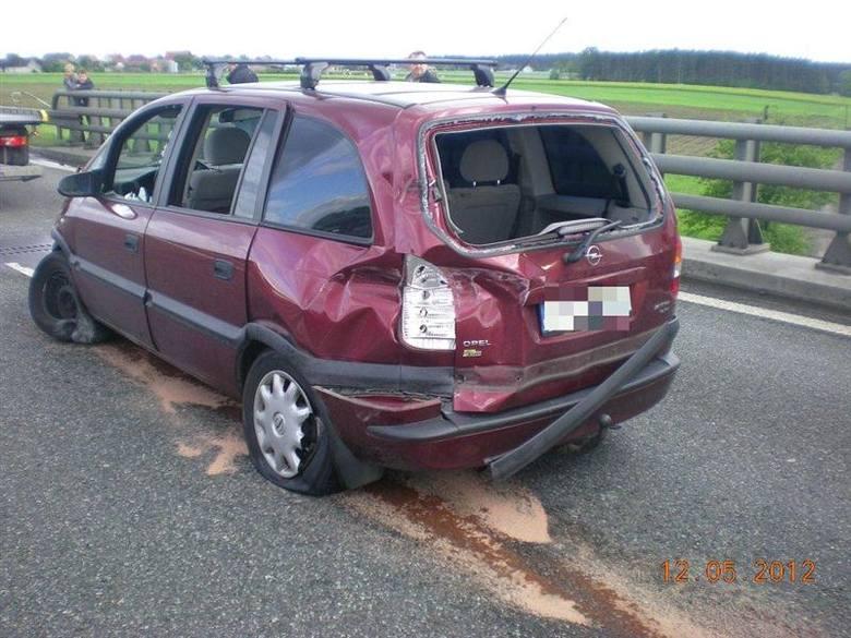 Opel zafira uderzył w barierkę ochronną