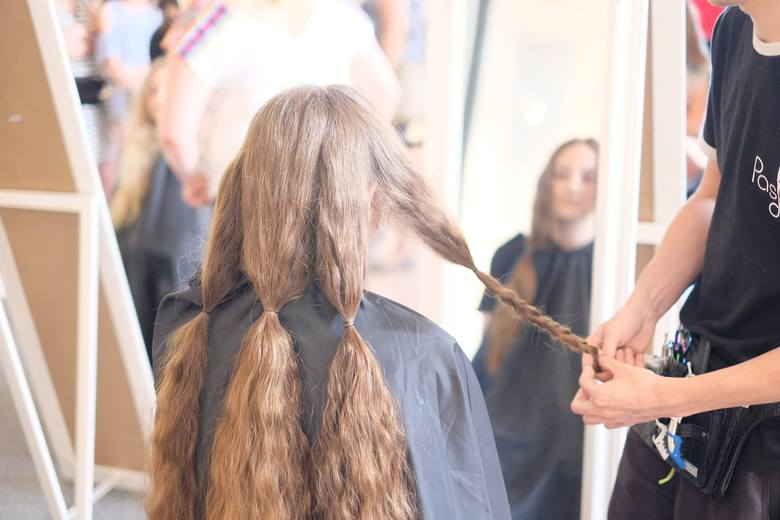 """W ramach akcji charytatywnej """"Oddaj włos"""" w Przemyślu, osiemnaście dziewcząt ścięło i przekazało swoje włosy na peruki dla dzieci z"""