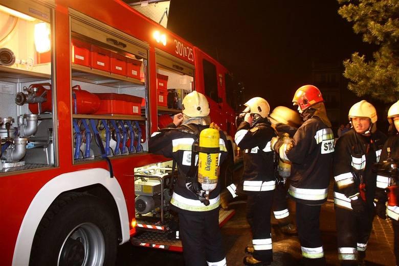 Pozar na Cieszynskiej w Opolu. Ogien w bloku gasilo 6 zastepów strazy.