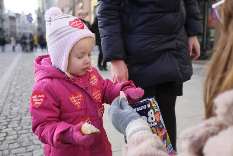 """W ubiegłym roku w Toruniu, podczas finału WOŚP, zebrano rekordową kwotę 738 291,32 zł. Tradycją finałów WOŚP w Toruniu jest m.in. """"wielka ściskawa"""". W tym roku będzie miała formę online. Organizatorzy nie zdradzają jeszcze, jak będzie wyglądała. W galerii przypominamy 28. finał WOŚP w Toruniu"""