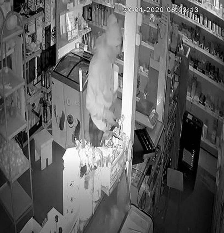 Do włamania doszło 30 stycznia br. około godz. 5.00. Łupem mężczyzny padły: alkohol, papierosy, kawa, artykuły przemysłowe o łącznej wartości ponad 2