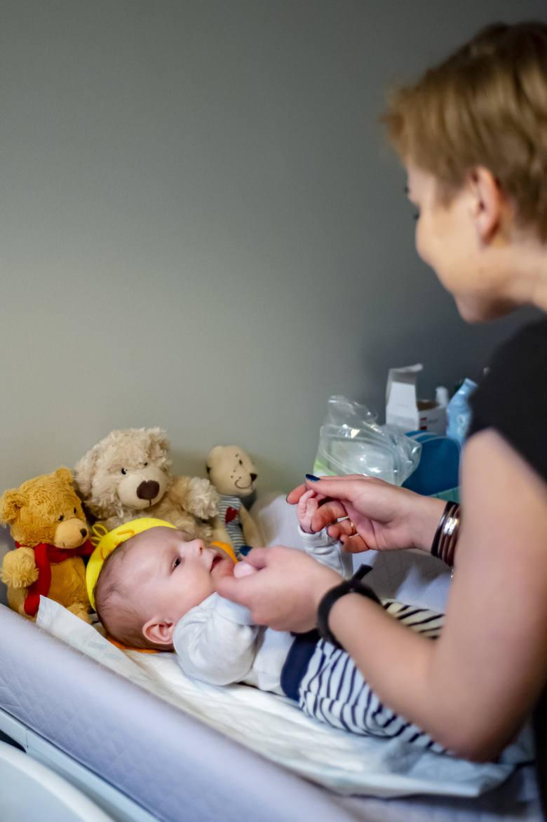 Wiktor 36 godzin po urodzeniu trafił na blok operacyjny, gdzie przeszedł poważną operację zarośnięcia przełyku. Innowacyjną metodą – po raz pierwszy w Poznaniu – samodzielnie przeprowadził ją zespół lekarzy ze Szpitala Klinicznego im. Karola Jonschera.<br />