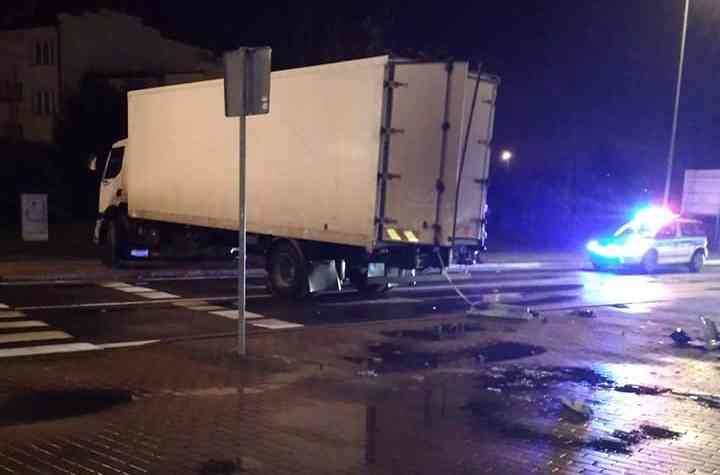 Na rondzie przy ul. Produkcyjnej, obok CH Auchan, zderzyły się samochód ciężarowy i osobowy. Kierujący tym pierwszym wypadł przez szybę na ulicę.Zdjęcia