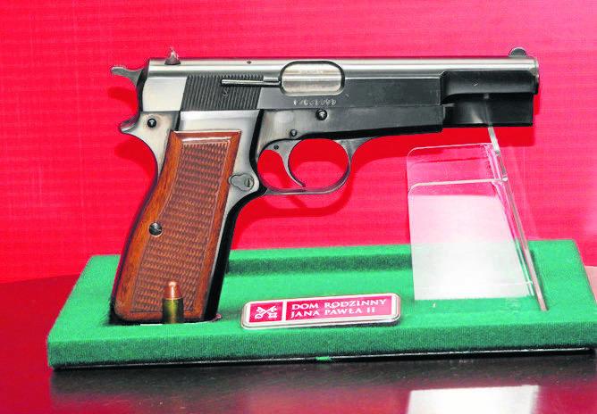 2.<br /> Pistolet Ali Agcy w gablocie w muzeum w Wadowicach<br /> Jedni nazywają go przeklętym eksponatem, inni trudną pamiątką. To z niego Ali Agca 13 maja 1981 roku strzelał do Jana Pawła II. Browning HP CAL kaliber 9 mm, wzór 1935, zasilany trzynastonabojowym magazynkiem, wyprodukowany w...